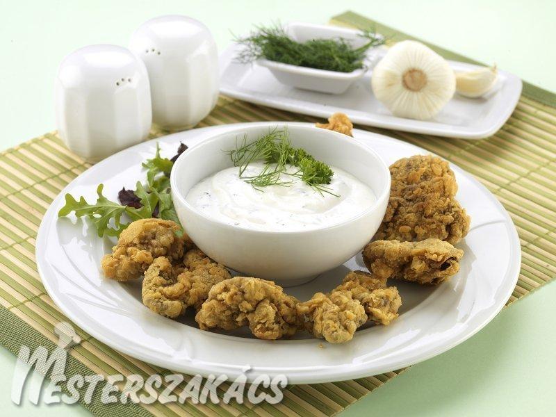 Csirkemáj bundában, fűszeres tejfölös mártogatóval recept