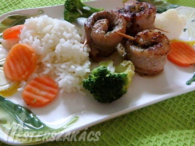 Fűszervajas harcsatekercs párolt zöldségekkel, rizzsel recept