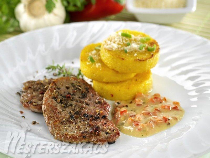 Sertésszűz szeletek vajas polentával, paprikamártással recept