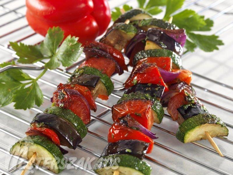 Zöldfűszeres, pirított zöldségnyársak recept