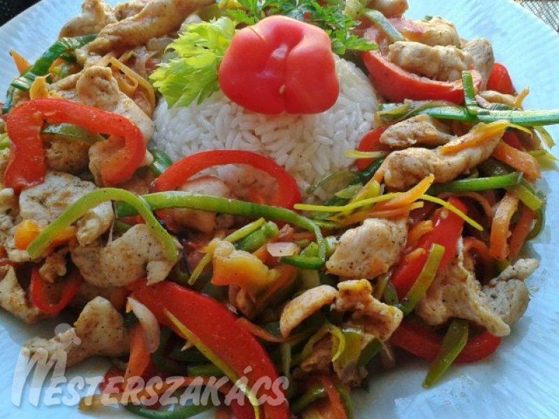 Zöldségekkel sült csirkemellcsíkok recept